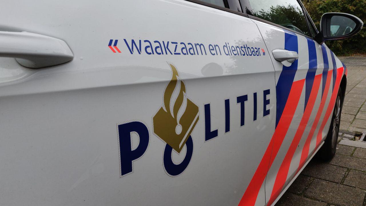 Politie zoekt fietser vanwege schade aan geparkeerde auto